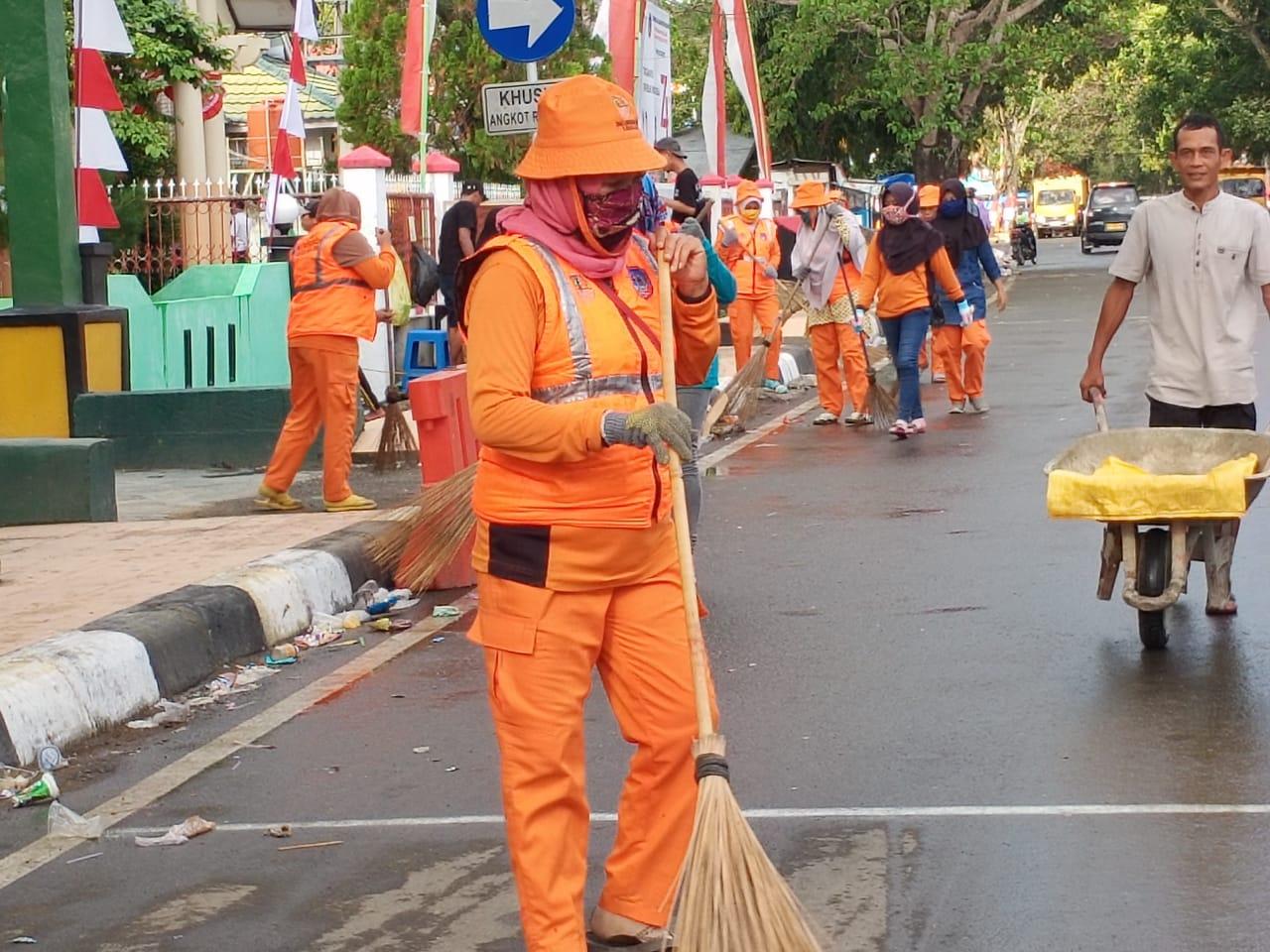 Tim Orange DLHK Kolaka Cepat Tanggap Bersihkan Sisa Sampah Gerak Jalan Indah