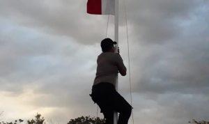 Viral.. Bripka Nur Alim Bahri Memanjat Tiang Bendera Hut RI Ke 74, Ini Penyebabnya