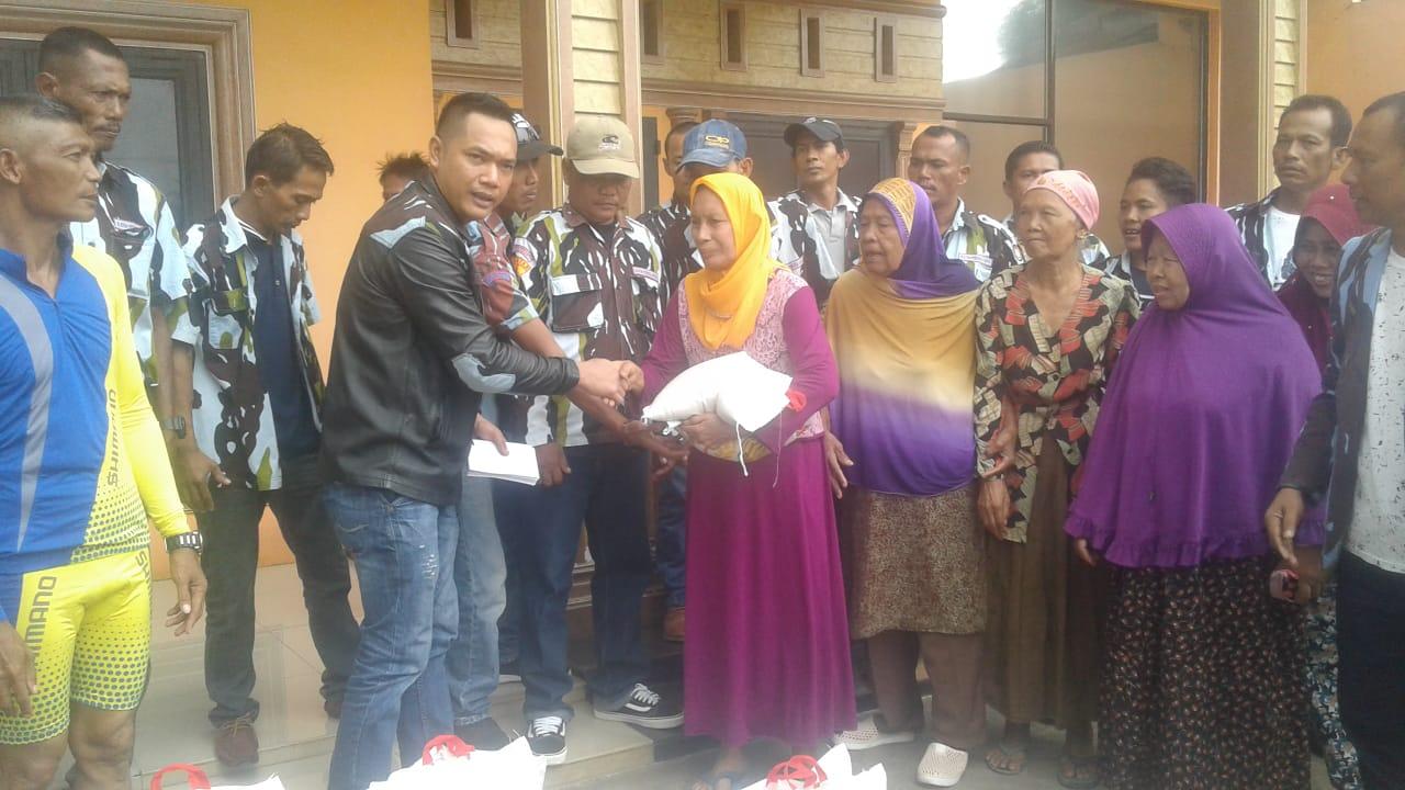 Keluarga Besar Mantan Ketua IPK DPD Sumut Bagikan Sembako kepada Fakir Miskin
