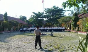Bhabinkantibmas Polsek Waeapo P. Buru Briptu Rahmat Hardianto Pimpin Apel di SMP PGRI Mako
