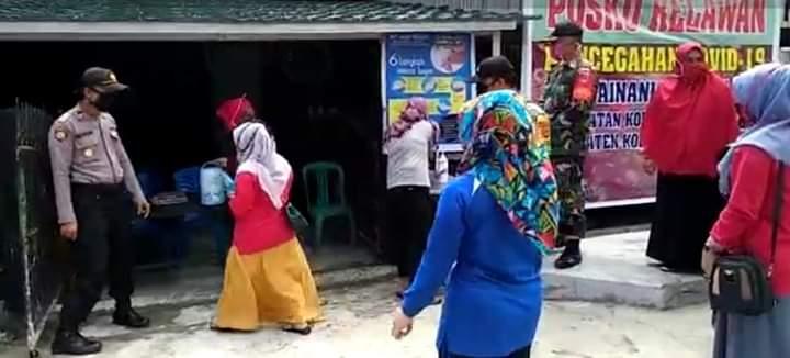 Bersama TNI dan Camat, Polsek Kodeoha Sambangi dan bagikan Paket Sembako kepada 12 posko Desa