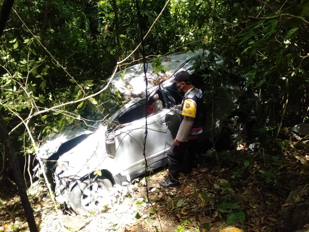 Toyota Avanza terjun kedalam Jurang Sedalam 25 meter di Tikungan Tajam Desa Walasiho Kolut